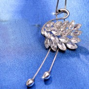Fashion Diamond-bordered Animal Pendant Necklace Swan Shape Crystal Feathered Sweater Chain Necklace