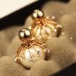 Boucle d'oreille boule en perles de verre givrées à la mode en argent avec bordures de diamants