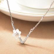 Doux en forme de V imitant les lignes de la branche pendentif fleur de cerisier collier de chaîne de la clavicule