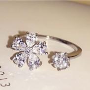 Bague en argent avec fleur fraîche et diamants ouverts