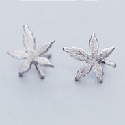 Boucles d'oreilles rétro miniatures en argent brossé simples de Maple Leaf simples