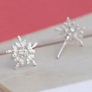 Boucles d'oreille mignonnes avec des boucles d'oreilles en argent en forme de flocon de neige de style de Noël étincelant