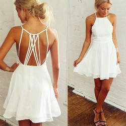 La robe de soirée blanche sans manches en dentelle sans bretelles croisées au dos de la jolie fille de la soirée volante en mousseline