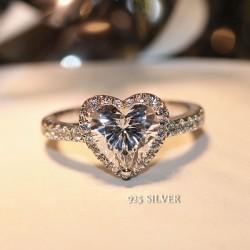 Bague en argent avec diamants et bijoux de mariage brillants en forme de coeur et d'amour romantique