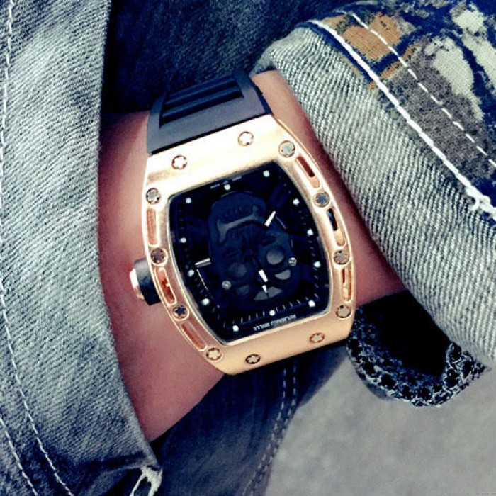Montre à quartz punk avec bracelet en caoutchouc et cadran carré incrusté de diamants