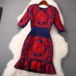 Vestido de cintura con falda bordada en color loto rojo de New Spring