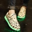 La música de la moda imprime los zapatos que brillan intensamente de las luces LED de los cargadores de los pares de las zapatillas de deporte