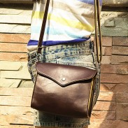 La bolsa de hombro de la vendimia de Brown sobre la bolsa de mensajero