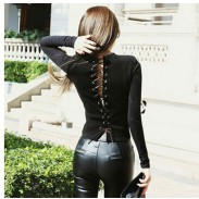 Camiseta negra de manga larga con tirantes cruzados