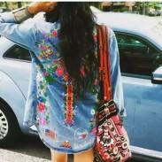 Camisa de mezclilla desgastada azul con mangas largas bordado con flores para mujer
