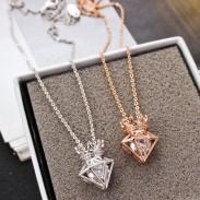 Nuevo collar de diamantes colgantes de corona de circonio de cadena corta de oro rosa