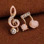 Mode non asymétrique bordée de diamants Notes de musique Fleur solide brillante boucles d'oreille des femmes