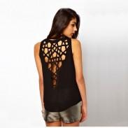 La geometría de la moda ahueca hacia fuera la camiseta redonda delgada del cuello