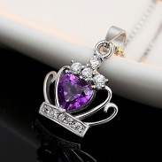 Elegante collar de plata con corona de cristal