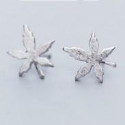Goujons d'oreilles rétro en argent brossé à feuilles d'érable simples de Quaint Girl