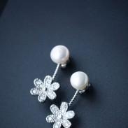 Pendientes de plata brillantes lindos de la gota de la perla espárragos