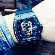 Reloj de cuarzo punk con correa cuadrada de goma incrustada con diamantes en el cráneo Cool Cool