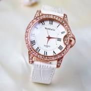 Reloj de cuero de estilo romano con incrustaciones de diamantes.