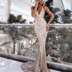 Elegante vestido largo sin tirantes con cuello en V y lentejuelas con falda de fiesta