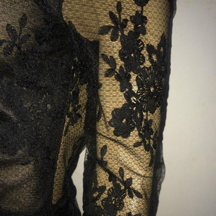 Vestido largo de encaje negro sin espalda bordado