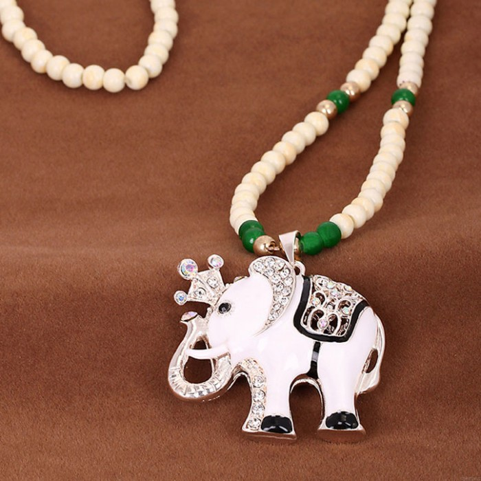 Lindo collar de suéter con cuentas de elefante