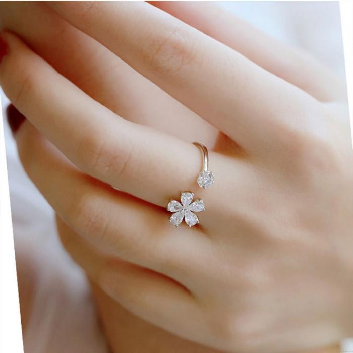 Anillo de plata con regalo de amigo abierto de flor fresca