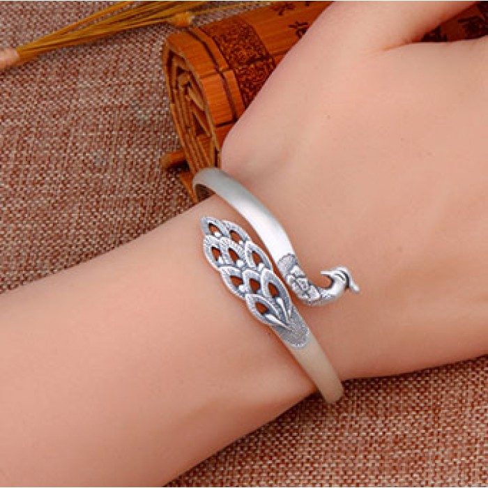 Brazalete de animal hecho a mano nacional ajustable único del pavo real de plata del diseño