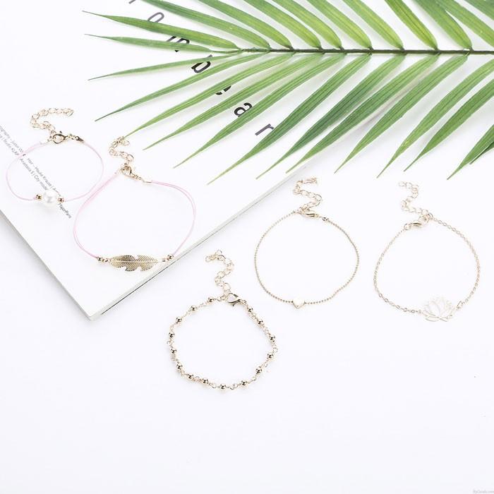 Lindo Brazalete de cinco piezas de amor de perlas de aleación de loto de plumas de hojas
