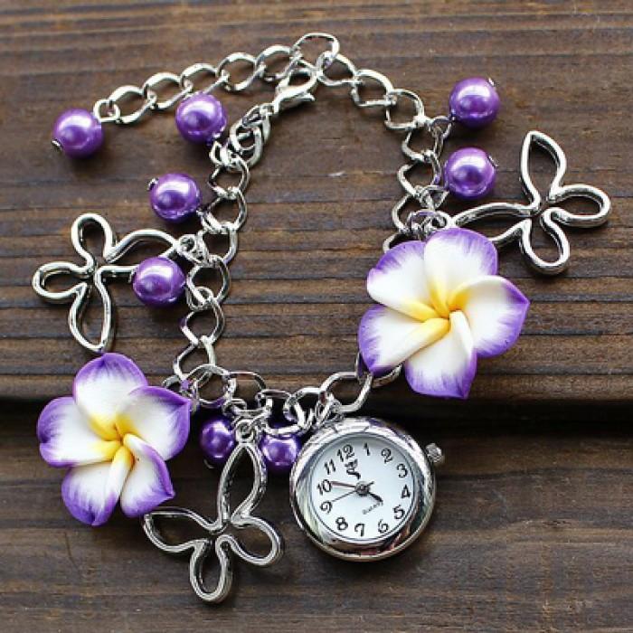 Reloj de pulsera de metal con flores de perlas frescas
