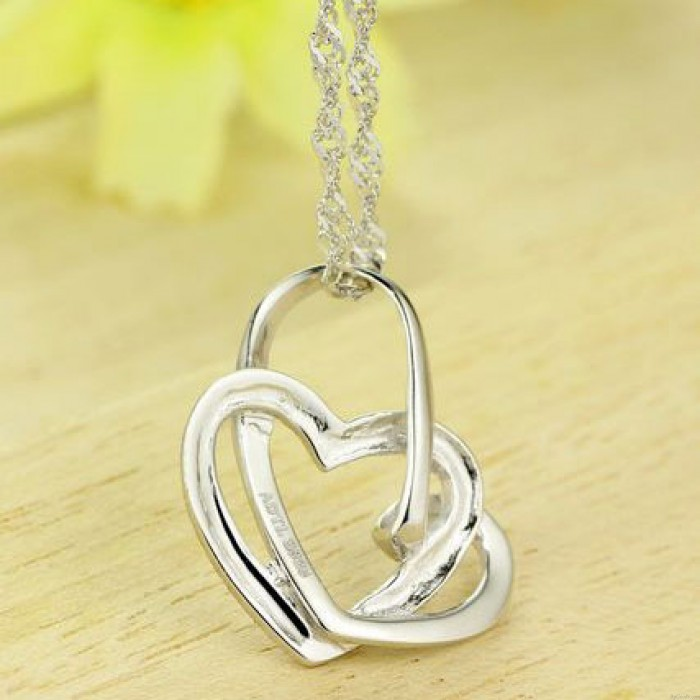 Elegante colgante de plata con forma de corazón trenzado