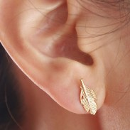 Einzigartige Federform Blätter Ohrringe Legierungsüberzug Ohrstecker