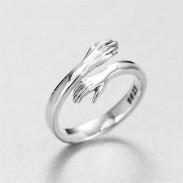 Nettes kreatives Liebhaber-Umarmungs-Paar umarmen romantischen offenen Ring des Valentinstagsgeschenks Silber
