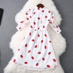 Stilvolle rote Lippen Bestickte Taille Kleid