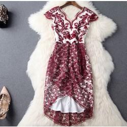 Weinrot gesticktes Gaze-hohe Taillen-V-Ansatz unregelmäßiges Kleid-Partei-Kleid