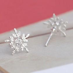 Glänzende Weihnachten Stil Schneeflocke geprägtem Kristall Mini Silber Mädchen süße Ohrstecker