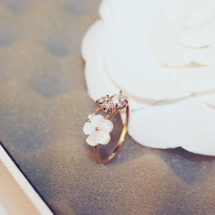 Frische Kirschblumenschale Kristallblätter Zweige offener Frauenring