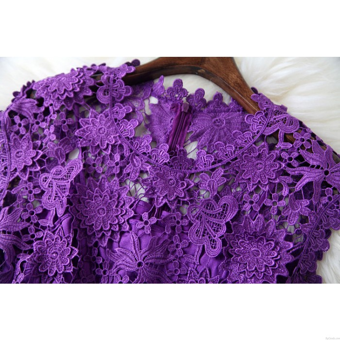 Reizvoller Blumen-Stickerei Elegantes Lila Kleid
