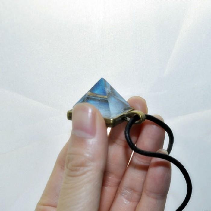 Fantastische Natur Luminous Pyramide Kristall Halskette