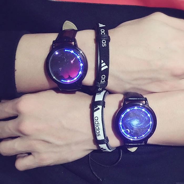 Kreativer Sternenhimmel Captain America Iron Man Paar Studentenuhr LED-Licht-Touchscreen-Zifferblatt