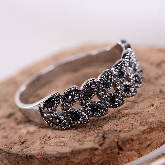 Fashion Hollow Daisy Pattern Rhinestone Rings